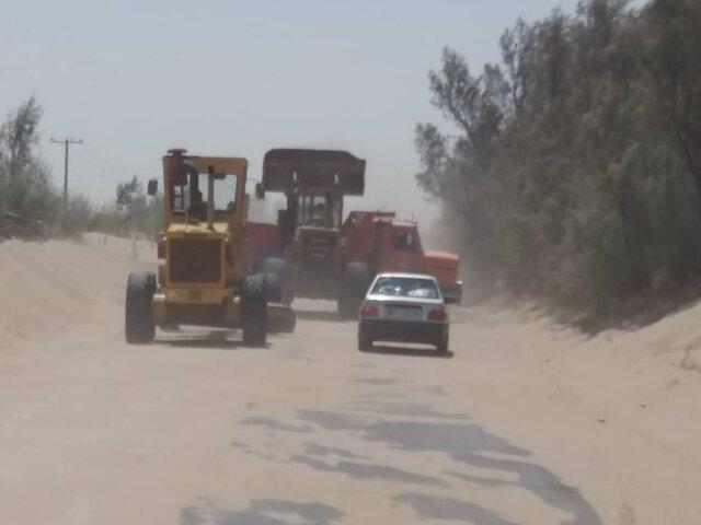 کوشش راهداران زهک برای جلوگیری از قطع راه ارتباطی 17 روستای درگیر طوفان